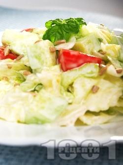 Зелена салата айсберг с чери домати, краставици, майонеза и слънчогледови семки - снимка на рецептата